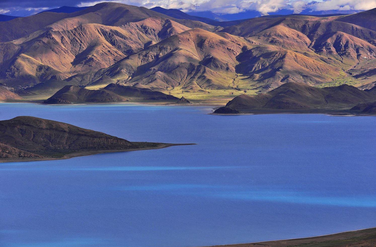 Озеро Ямжо Юмко в г. о. Шаньнань, Тибет.