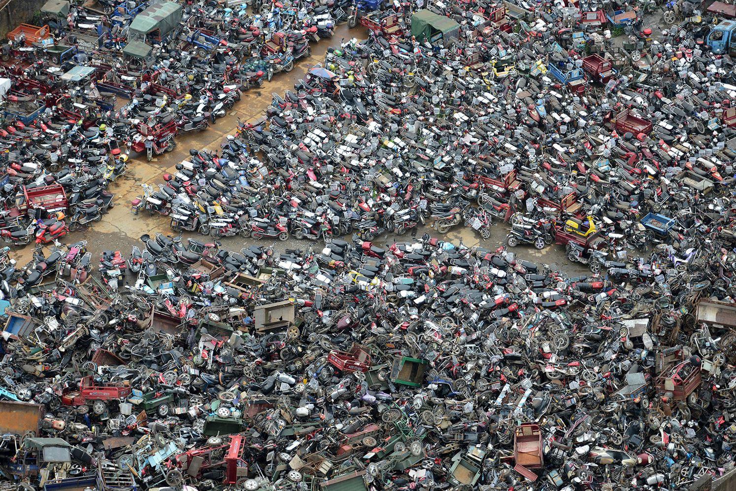 Свалка брошенных мотоциклов в г. о. Чэньчжоу, пр. Хунань.