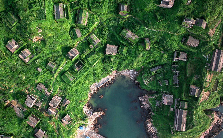 Заброшенная рыбацкая деревня зарастает на острове Шэншань (провинция Чжэцзян).