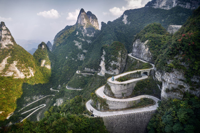 Дорога на скалы из горных минералов (серпентин). Горы Тяньмэнь, провинция Хунань.