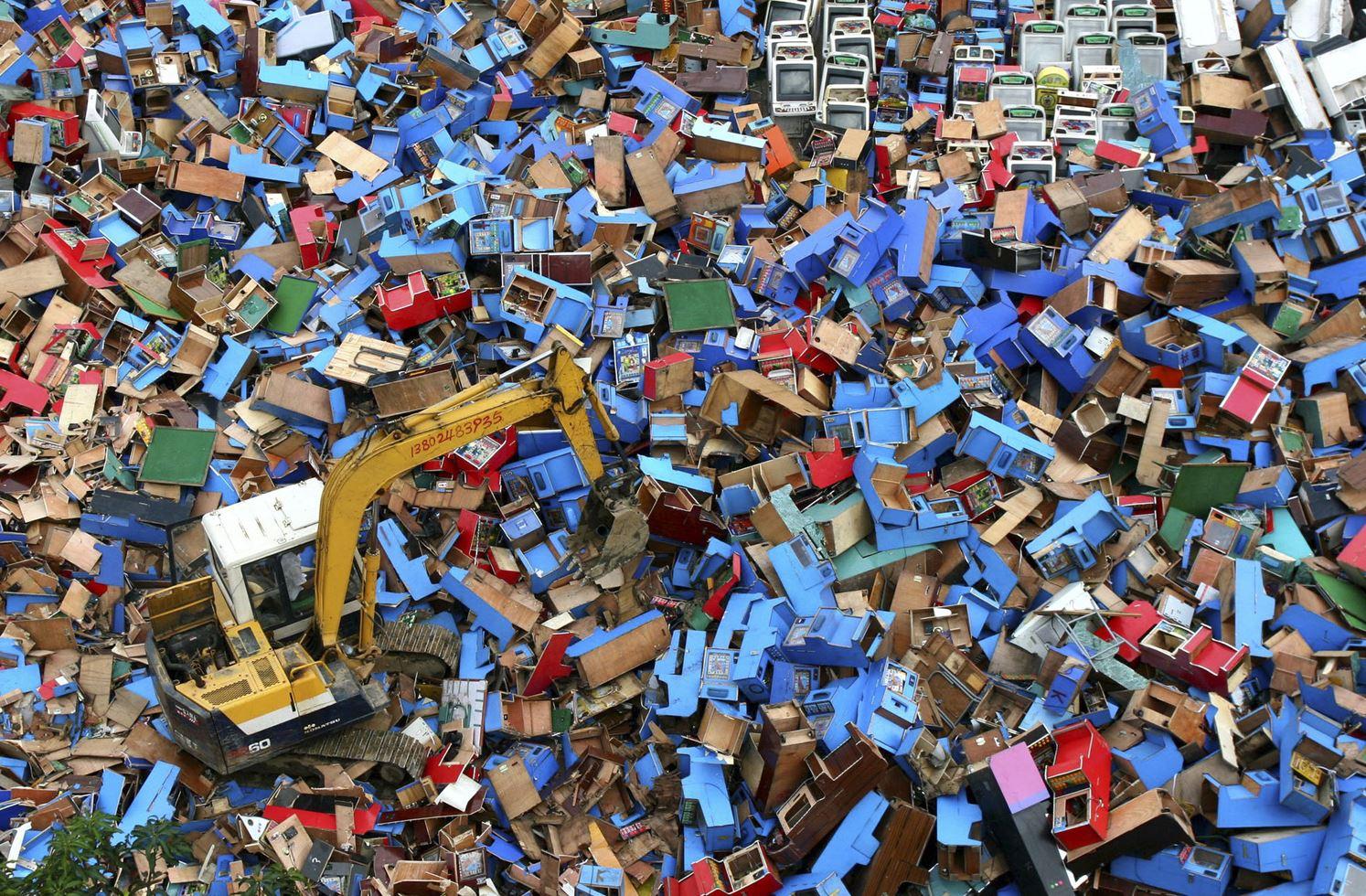 Уничтожение конфискованных игровых автоматов в г. о. Фошань, пр. Гуандун.