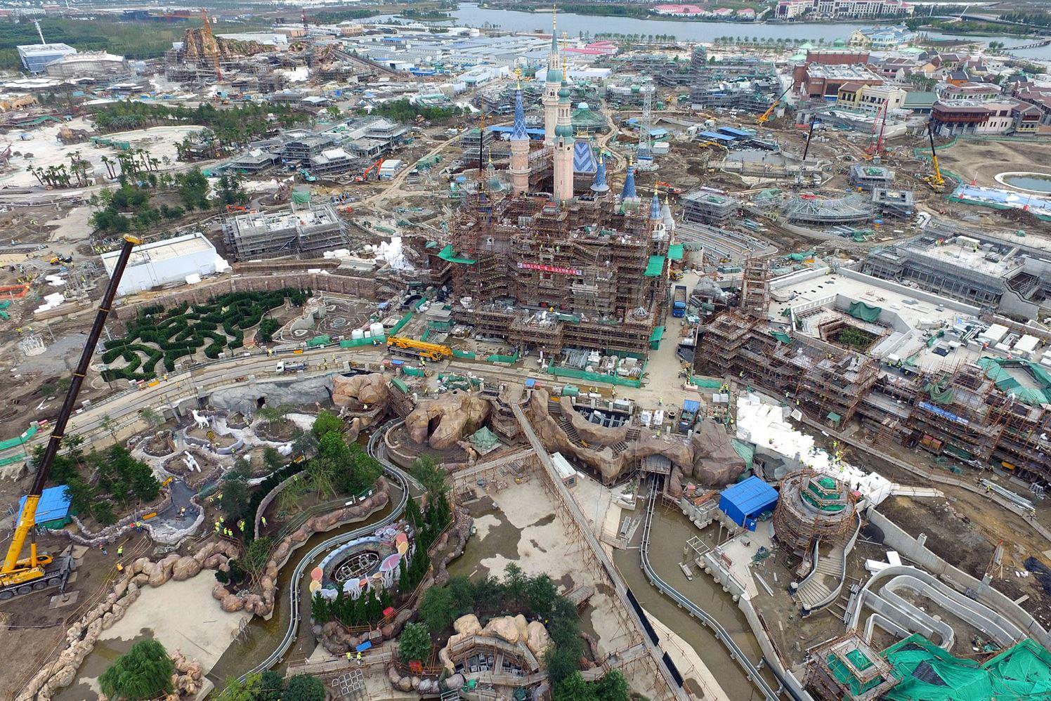 Шанхайский парк Диснея. Этот строящийся замок станет самым крупным среди других замков в похожих парках.