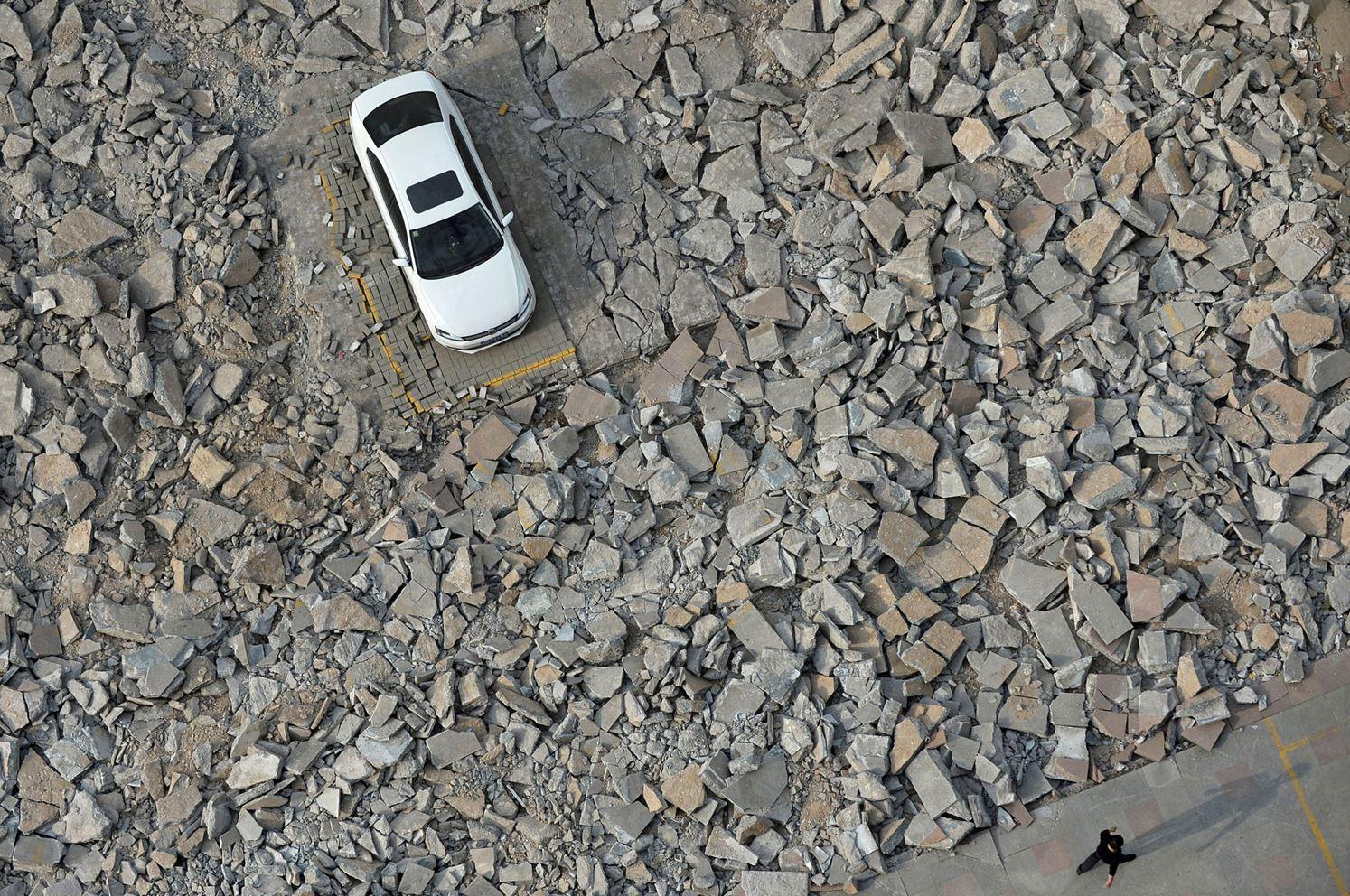 Владелец автомобиля не появлялся более десяти дней, поэтому ремонт парковки был начат вокруг него.